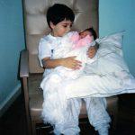 Elias pegando Layla no colo pela 1ª vez