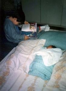 Elias lendo para Layla quando ela chegou da maternidade
